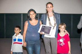 La famille Soopramanien, gagnante d'un an d'abonnement à l'option PVR, Bénédicte Chenuet, directrice générale de MC Vision, et son fils Milo Masquelier.