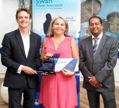 Louis Rivalland, Group Chief Executive du Groupe Swan, Annick Corroy de Rogers Aviation Holdings Ltd qui s'est vue décerner le prix de Best Overall Agency, et Shailendre Woodhoo, Regional Director, Indian Ocean African Region, Linkham Services.