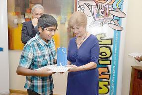 L'ambassadrice américaine Shira Villarosa récompensant un gagnant.