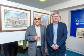 Chota Moollan, Chairman de Bramer Asset Management Ltd, et René Leclézio, Managing Director de Promotion and Development, venus admirer les nombreux tableaux.