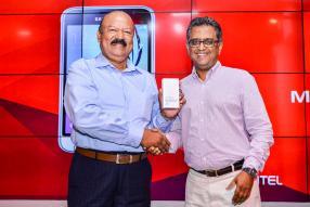 Vinod Dhawatal recevant un Samsung J1 2016 de Mamas Aumjaud, Distribution Manager d'Emtel.