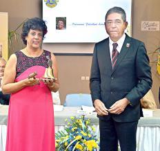 La passation du maillet et de la cloche entre le président sortant Bernard Manuel, Purchasing Officer à Terragri, et la nouvelle présidente, Edwidge Yagapen.