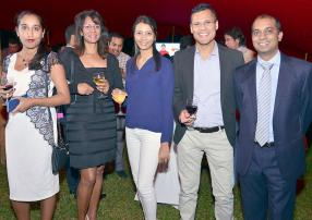 Salma Chapman, Senior Research Executive chez DCDM, Roxane Achille, secrétaire confidentielle, Vasheela Naeck-Duljeet, Research Executive, Yashveen Duljeet, Legal & Regulatory Affairs Officer, tous d'Emtel, et Me Amit Dassyne, notaire.