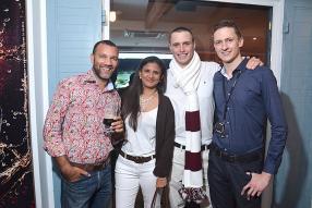 Kevin et Cynteea Hurnaum en compagnie de Bradley Vincent, triple médaillé d'or en natation aux récents JIOI, et Aaron Ridgeway, ambassadeur de Guinness à Dublin.