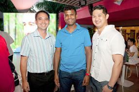 Paul Ah Lim, General Manager d'ABC Foods, Yusuf Sambon, directeur de l'hypermarché Lolo, et Patrick Li, Sales Manager d'ABC Foods.