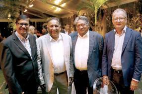 Showkutally Soodhun, vice-Premier ministre, ministre du Logement et des terres, et Oomar Ramtoola, CEO d'Emirates, Jim Veerasamy, Director de Rogers & Co. Ltd, et Hector Espitalier-Noël, CEO du groupe ENL.