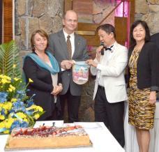 Denis Labat, président fondateur du club de Pamplemousses et Production Manager à Précigraph, et son épouse Danique, accompagnés de Georges Leung Shing et de son épouse Ketty.