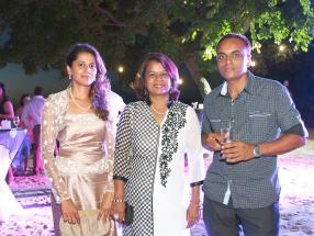 Rookaya Soobye-Mauntah, Brinda Ramkhelawon et Manoj Ramkhelawon, des agents du Swan Group.