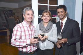 Albert Goupille et Danielle Bax de Phoenix Beverages, en compagnie de Yogen Bacha, importateur de Phoenix en Angleterre.