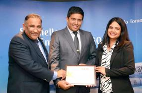 Kevin Kissensing a reçu le Gold Najm Award d'Emirates pour le travail accompli en temps cyclonique. Il est entouré d'Oomar Ramtoola et de Nalini Rungen.