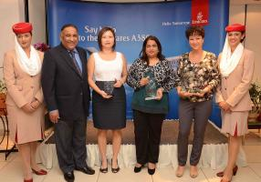 Oomar Ramtoola aux côtés des trois récipiendaires des awards d'Emirates : Caroline Chen, directrice d'Atom Travel, Begum Jaulim, Travel Agency Manager de Blue Sky Travel Management, et Marlys Ithier, Manager Travel Department de Concorde Travel Agency.