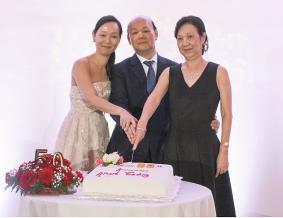 La famille Li coupant le traditionnel gâteau d'anniversaire.