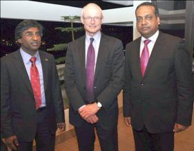Ponooswami (Siven) Selloyee, le Professeur Michael. E. Porter et Sham Mathura.