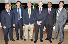 Giandev Moteea, Chief Executive Officer de la Mauritius Post, Yan Kwok, ancien étudiant de l'université d'Harvard, Daniel Giraud, CEO du Medine Group, le Professeur Michael. E. Porter, Sham Mathura, et Bertrand Casteres, CEO Designate du Mauritius Union Group.