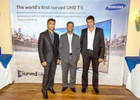 Amit Shat, Navin Peerthy, Regional Director de Samsung Indian Ocean, et Roupesh Hematlal, Chief Executive Officer (CEO) de HV Holdings Ltd.