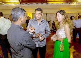 Le couple Mooloo, propriétaire du magasin Mooloo, discutant avec Navin Peerthy.
