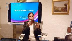 Curseline Pillay, Product Manager chez Samsung, présentant les dernières technologies intégrées aux caméras.