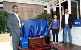 Navin Peerthy, Regional Director de Samsung Mauritius, a procédé au dévoilement de la Curve TV. Une première à Maurice.