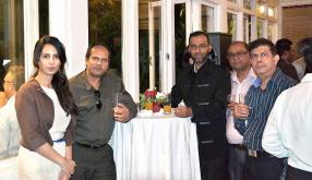 Pamela Bhuruth-Ragoonathsing entourée de quelques revendeurs qui ont été reconnus comme Authorised resellers de la marque Samsung à Maurice.