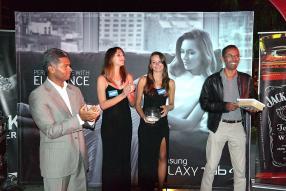 Navin Peerthy lors de la remise d'une tablette Samsung à Youvraj Sewpaul, le gagnant du Happy Hour du Backstage Lounge Bar, au Hennessy Park Hotel.