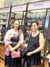 Jessica Turner et Stéphanie Sondhoo découvrant les produits que propose L'Occitane.