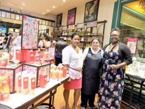 Nathalie Celeste, assistante enseignante, Priscilla Alphonse, responsable du magasin L'Occitane, et Marie Christine Dryden, enseignante, posent devant la collection Roses et Reines.