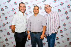 James Coetzee, Franchise Operations Manager de Simbisa Brands Limited, avec Ahmed Zayed, General Manager, et Lindsay Reid-Ross, Executive Director, tous deux de Simbisa Brands Mauritius Ltd.