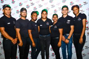 Hitmat Khawash, Jonathan Fleur, Ashley Siwawa, Regina Naiko, Leena Dhoochoo, Mandish Niroula et Sabrina Dimba, tous de Galito's au Phoenix Mall.
