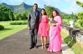 Pradeep Hulkory, employé chez Ciel Group, en compagnie de sa fille Karishma, étudiante, et son épouse Babita, femme au foyer.