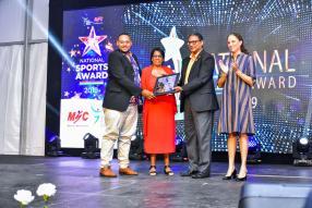 Un Memorial Award a été remis à la famille de Désiré L'Enclume, par le ministre de l'Autonomisation de la jeunesse, des sports et des loisirs, Stéphane Toussaint.