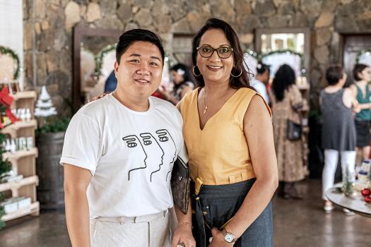 Jeffrey Soo Hon Wah, Artistic Director/ CEO de JS Studio, et Nishat, responsable de boutique, L'Occitane Caudan.