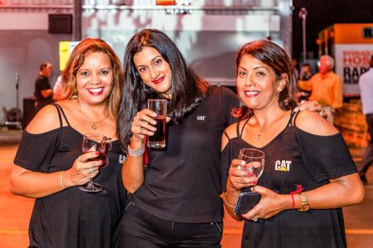 Isabelle Sardes, Administrative Assistant chez Scomat, posant avec Jenny Cupidon et Kavita Mewasingh.