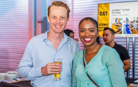 Neal Markham, Account Manager, et Ennie Ndweni, Marketing & Sales Capability Rep, tous deux de Caterpillar South Africa.