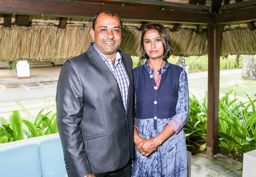 Anil Sanhye, Room Service Supervisor au Constance Le Prince Maurice, Passion Awards Hotel Winner, accompagné de son épouse Sweety.