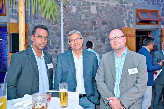 Roumesh Oomah, Financial Analyst chez Confident Asset Management, Désiré Elliah, directeur financier au LUX*, et Oliver Müller, Portfolio Manager chez Confident Asset Management.