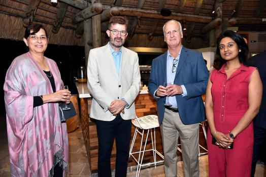 Aisha Timol, CEO de CIM Finance, Bertrand Rivalland de Tropic Knits Ltd, Andre Bonieux d'Alteo Ltd et Rumila Thummanah, RM à la HSBC.