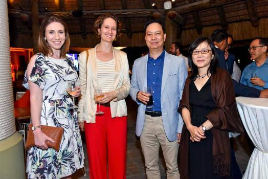 Laura Steer, Chief Risk Officer à la HSBC, Dr Kate O'Shaughnessy, Australian High Commissioner, avec Dick Li Wan Po de Food Canners Ltd et son épouse Monique.