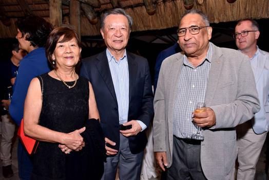 Liliane et Jacques Li Wan Po de Food Canners Ltd, en compagnie d'Omar Ramtoola, Regional Director d'Emirates Airlines.