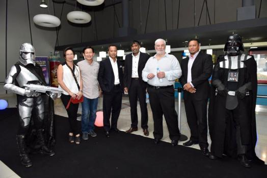 Lewis Ah Ching et son épouse aux côtés de Rony Lam, Chief Executive Officer (CEO) de MCB Capital Markets, le Dr Ramesh Caussy de Partnering Robotics, Pierre Guy Noël, CEO du MCB Group, et Joël Lambert, Head of Legal, MCB Investment Services.