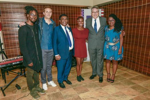 Josiah Woodson, Daniel Gassin, Asha Thomas et Monique Thomas, les membres du groupe Dawn's Early Light, en compagnie de Pradeep Roopun, ministre des Arts et de la culture, et David Reimer, ambassadeur des États-Unis à Maurice.