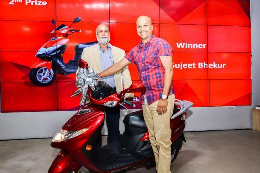 Sujeet Bhekur recevant le second prix, un scooter de la marque Suzuki, et Teddy Bhullar.