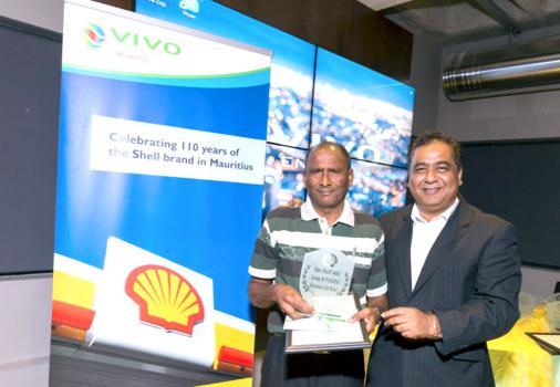 Valaydon Govinden Damoo  qui a 40 ans de service et Kiran Juwaheer, Managing Director de Vivo Energy Mauritius.