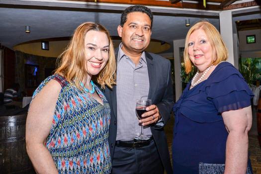 Judi Vanura-Mathur aux côtés de son époux Aseem Mathur, Head of Strategy à la HSBC, et Christine Murry, l'épouse de Chris J. K. Murray, Chief Executive Officer (CEO) à la HSBC.