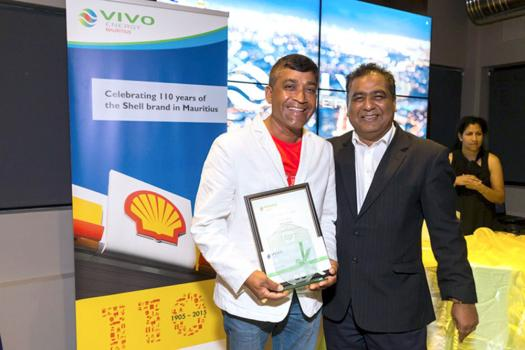 Jeeha Adnarain de la station-service Shell Voon Sai Voo (38 années de service)et Kiran Juwaheer.