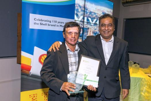Satish Rughee de la station-service Goodwill (38 années de service) et Kiran Juwaheer.