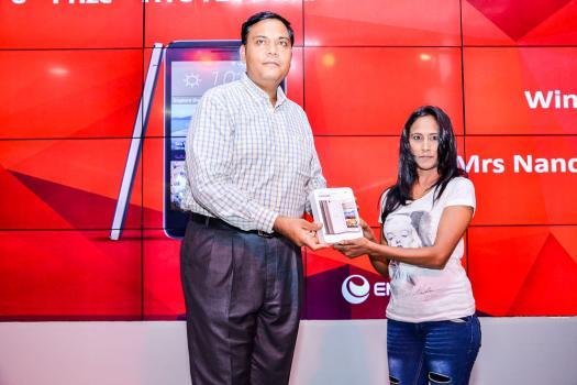 Sandeep Vashisth, Head Of Sales d'Emtel, remettant un HTC 728 Ultra à Nanda Saidoo.