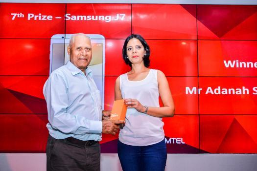 Adanah Sunassee s'est vu remettre un Samsung J7 4G de Naval Tiwari, Chief Customer Operation Officer d'Emtel.