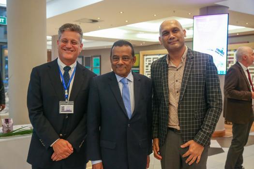 Jacques d'Unienville, CEO Omnicane, en compagnie du Deputy Prime Minister et ministre de l'Énergie,  Ivan Collendavelloo, et du ministre de la santé, le Dr Kailesh Jagatpal.