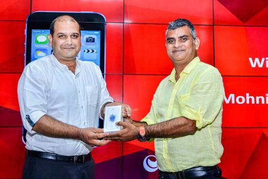 Mohnish Sewtohul recevant un iPhone SE 64 GB des mains de Vikas Khanna, Chief Information Officer d'Emtel.