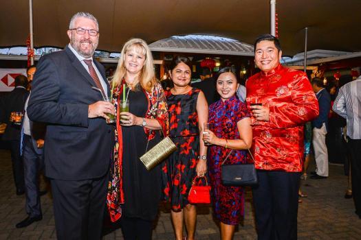 Gérard Walsh, Chief Risk Officer, son épouse Jaqui, Saku Jayanetti, Head of Human Resource, et Kazel Ferreras Estrelia et son époux Brent Estrelia, Head of Compliance, tous de la HSBC.